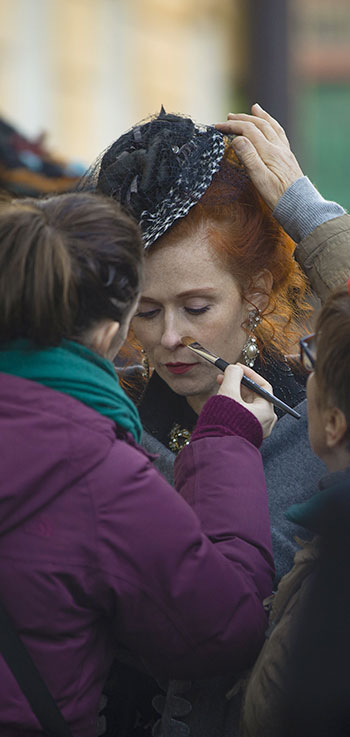 makeup artist apply makeup to actrice